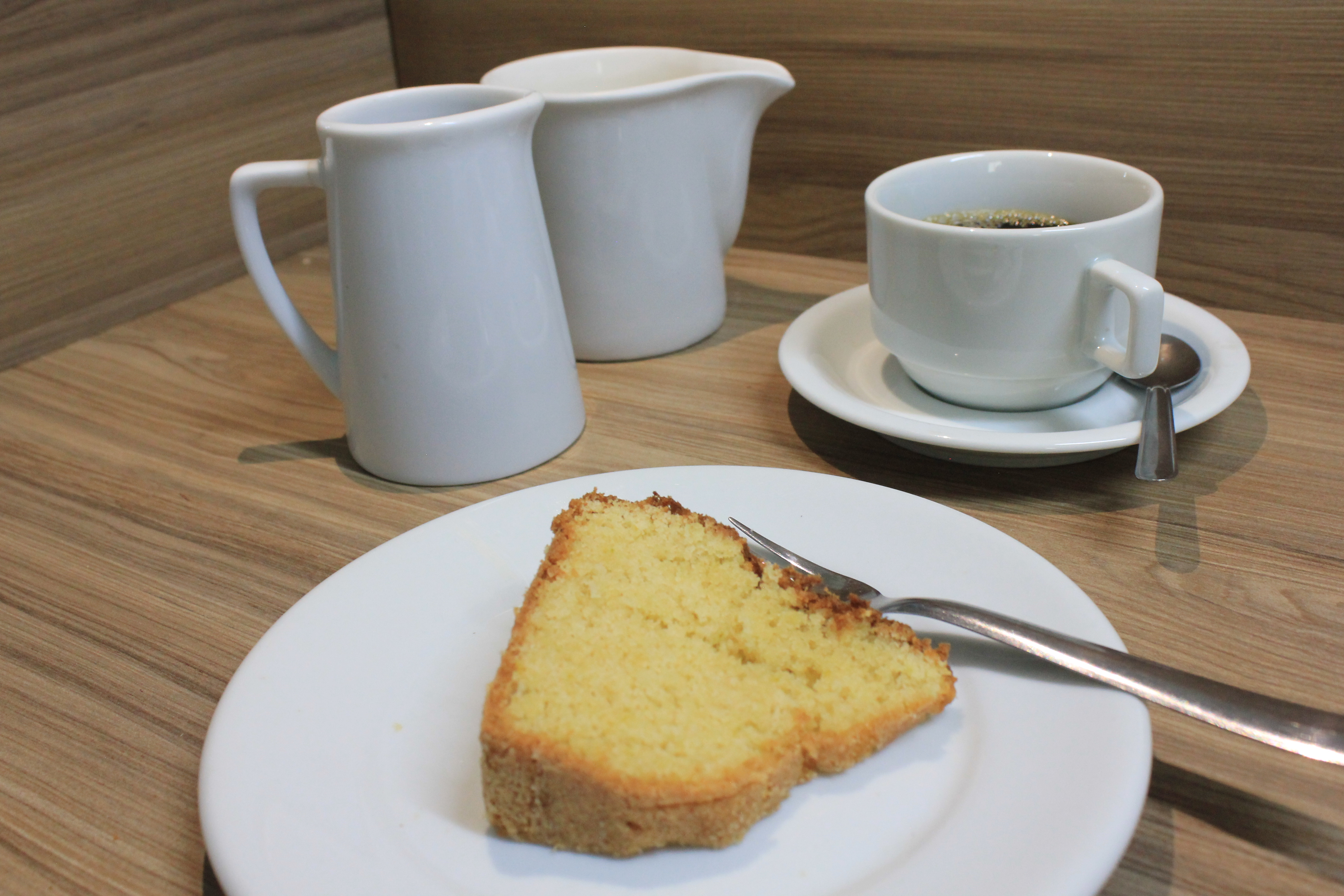 Bolo_com_café_e_bules