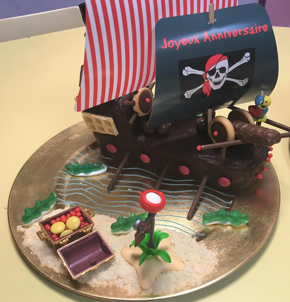 Gâteau d'anniversaire bateau pirate sur mer déchaînée et infestée de crocodiles (!)