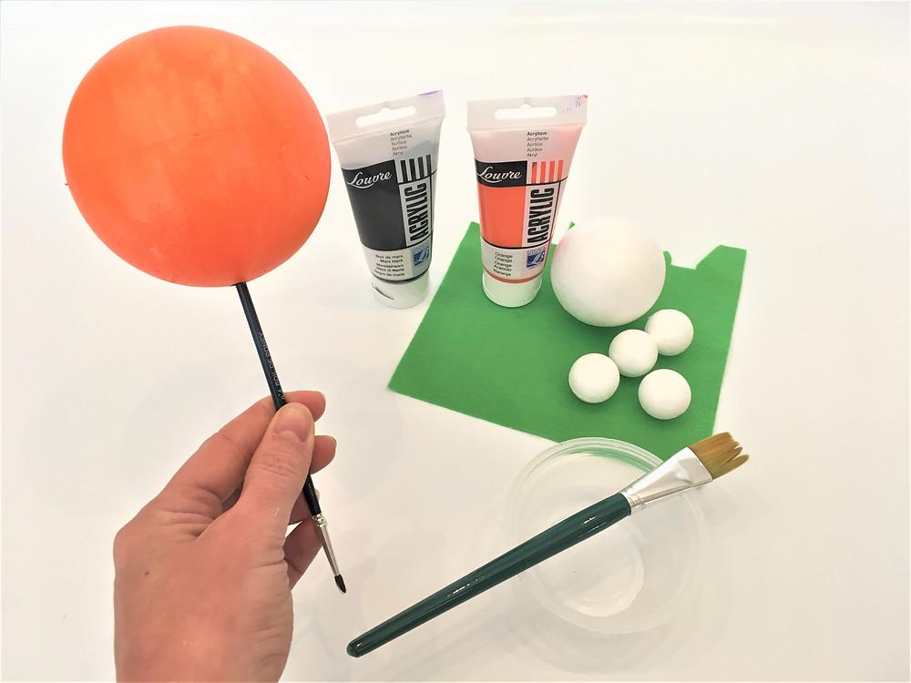 Peindre la boule de polystyrène avec la peinture acrylique