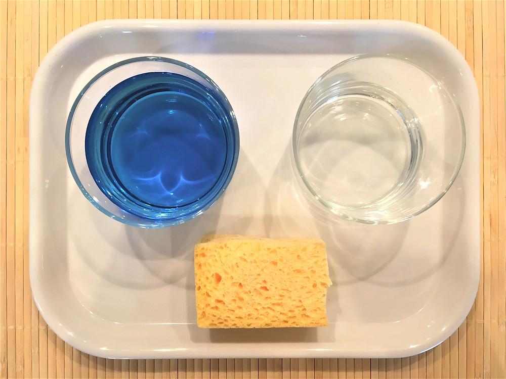 Transvasement d'eau à l'éponge.