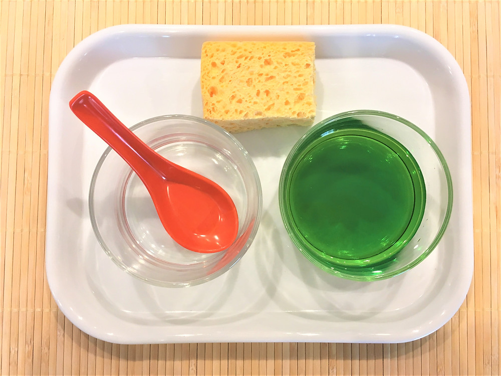 Transvasement d'eau à la cuillère.