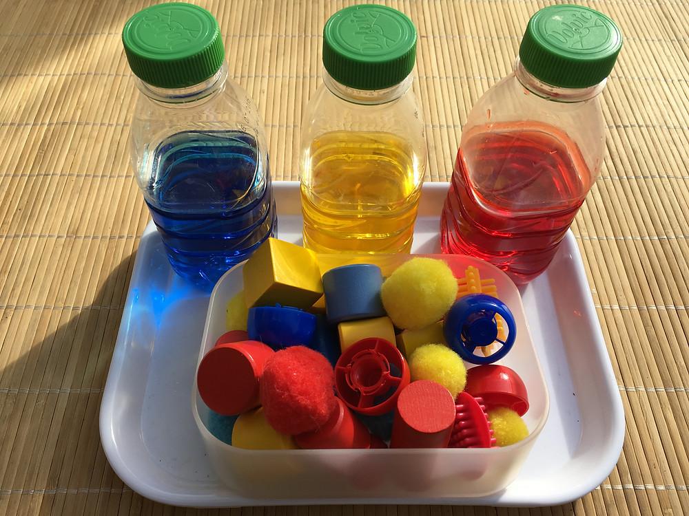 """Bouteilles d'eau colorée """"+"""" de notre fille, à 2,5 ans."""