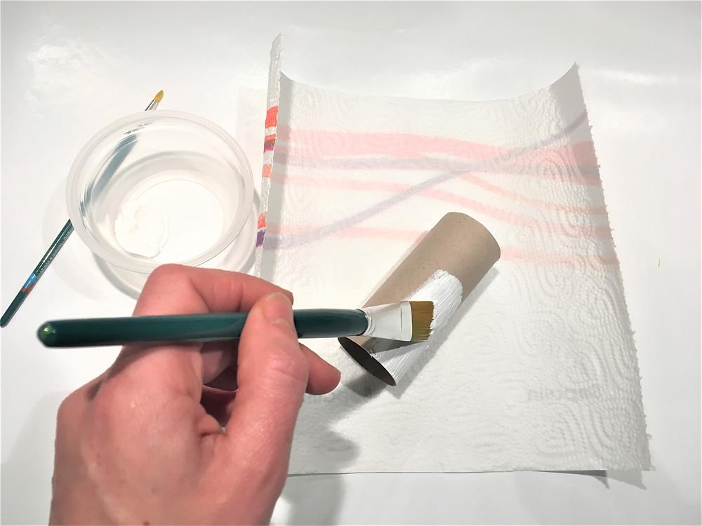 DIY de Noël : peindre le rouleau de papier toilette, peinture acrylique blanche, bonhomme de neige