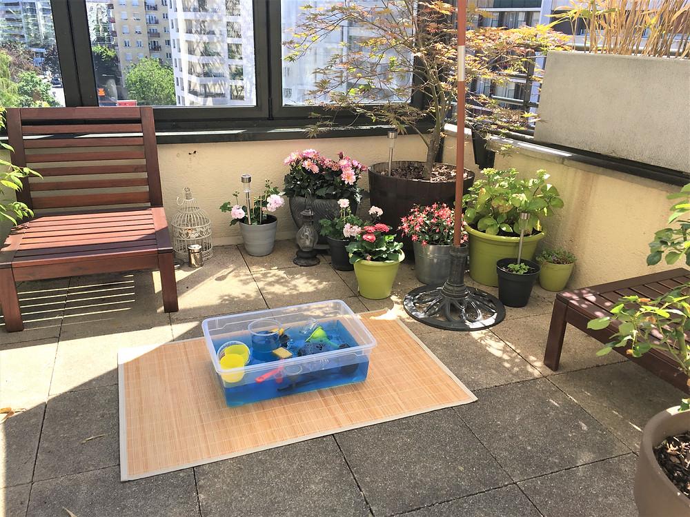 Atelier Montessori : la Bassine et ses Outils sur la terrasse !