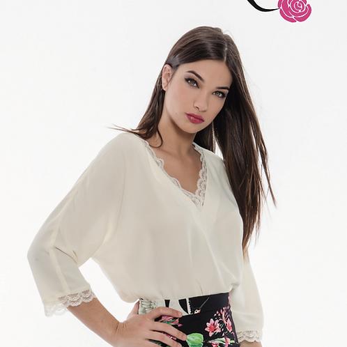 Blusa blanca con puntilla en escote y mangas OLIMARA