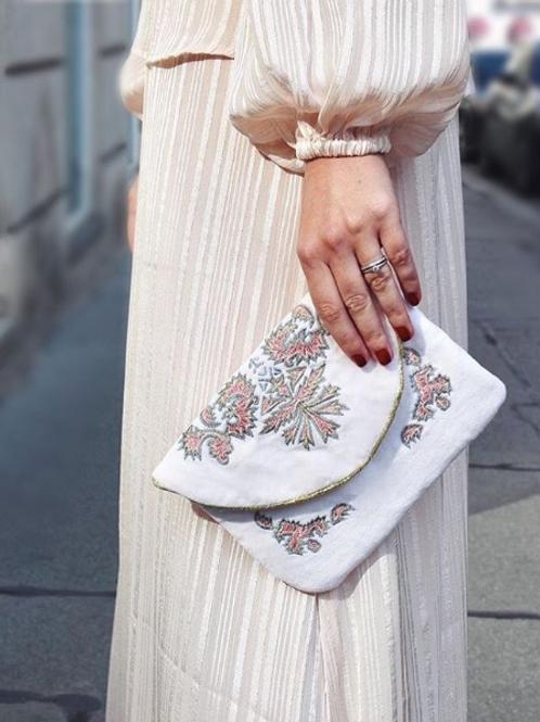 Bolsito de mano crudo con detalles rosa y plata