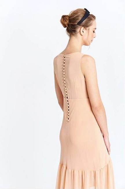 Vestido nude con abotonadura en espalda y cintura entallada