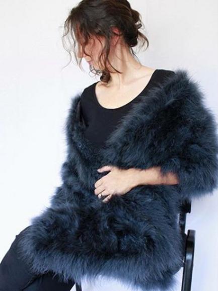 Estola negra de plumas Marabú