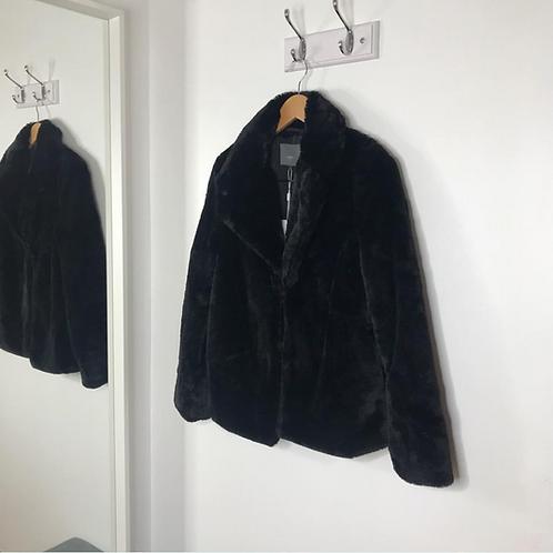 Abrigo negro de pelo sintético con solapa