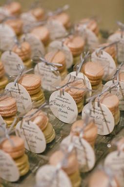 Macaron favour boxes with round tag
