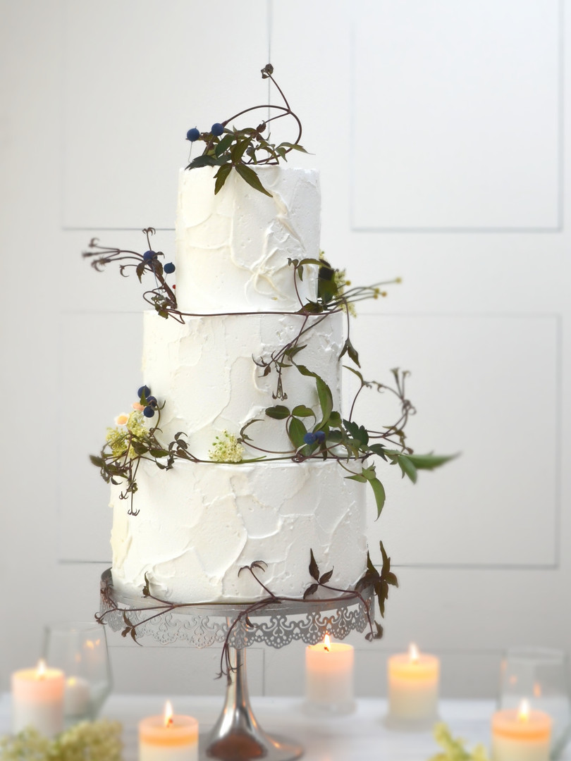 rustic white buttercream and berry weddi