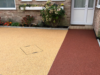 A multi coloured resin driveway and path