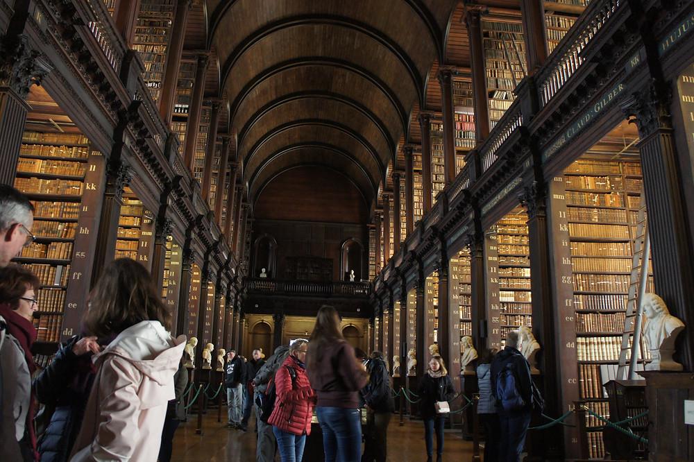 Des milliers de livres sont rangés dans cette bibliothèque impressionnante !
