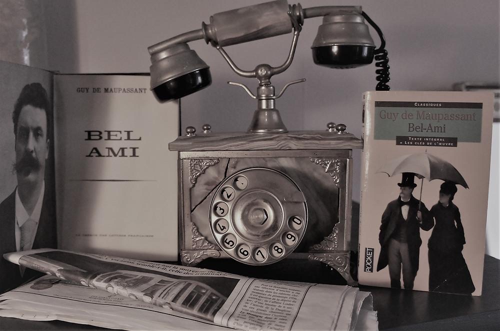 Livre Bel-Ami de Maupassant, téléphone ancien, journal.