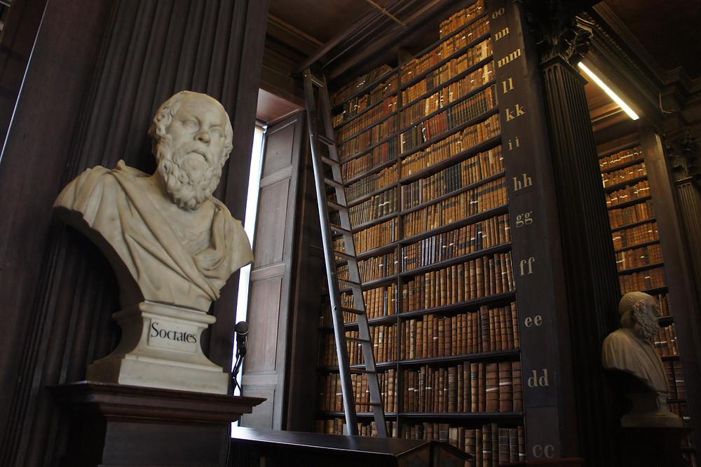 Buste en marbre du philosophe Socrates.