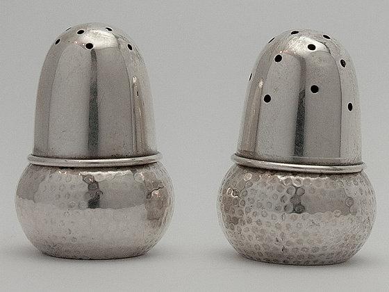 Salt- og pepperbøsse i sølv