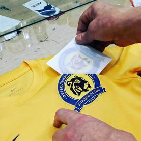 """Нанесение логотипа футбольного клуба """"Луч"""" на футболку. Шелкографический термоперенос."""