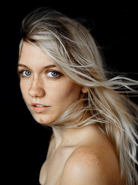 calderon-foto-portrait-boudoir-wind-in-hair-color-portrait-woman