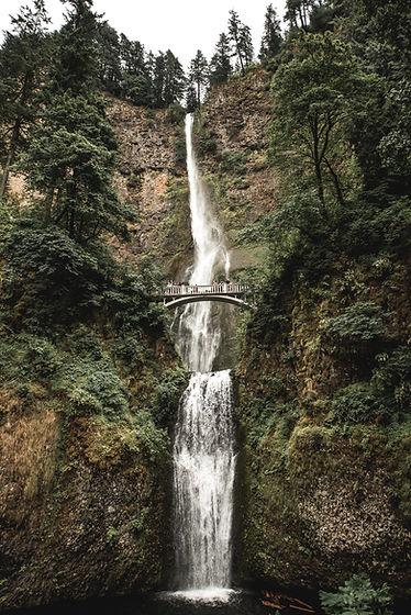 Brücke über Wasserfall
