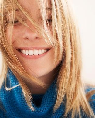 smagane wiatrem włosów