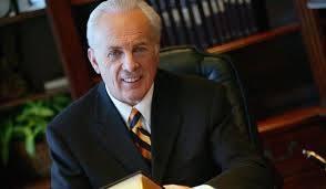 Multa y carcel podria enfrentar pastor John Macarthur por reabrir Iglesia.