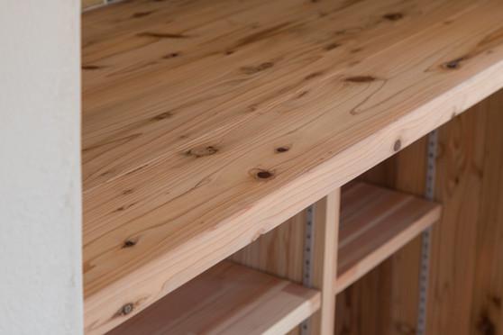ワックスや塗料を塗らず、 木材本来の個性を生かします。