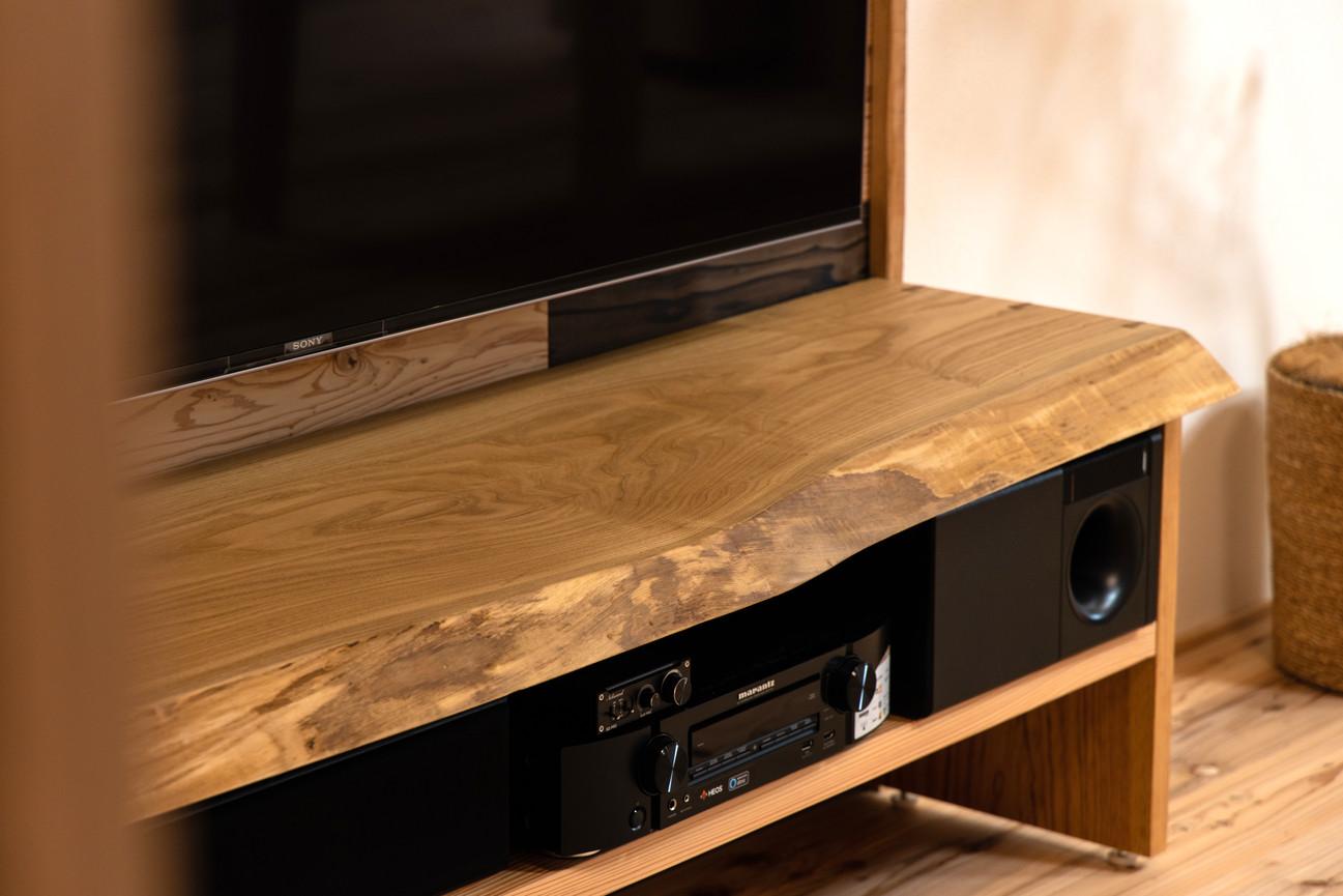 栗の一枚板を使ったテレビ台です。