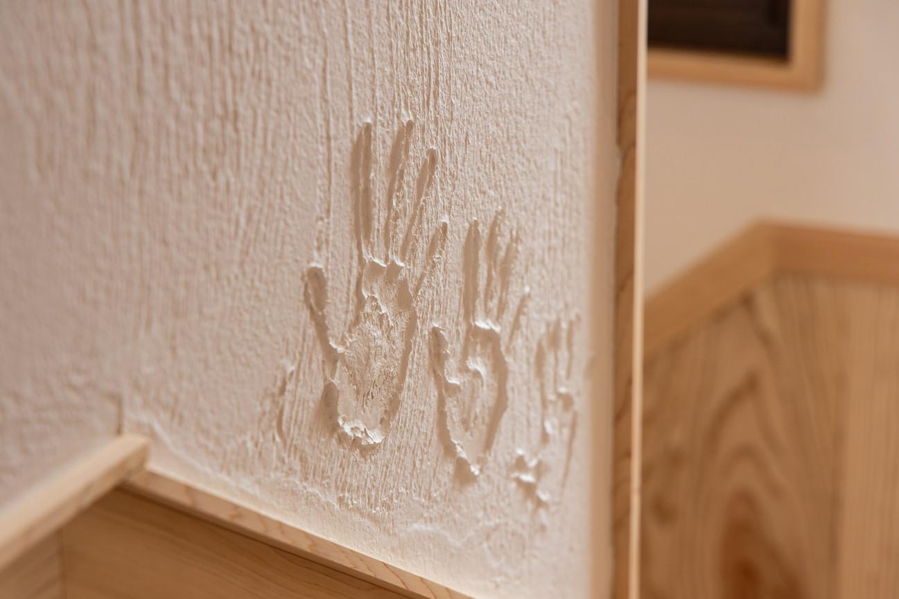 壁の漆喰にはお子様の手形を押しました。