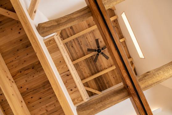天井にシーリングファンを付けることで空気の循環が良くなり、エアコンがなくても快適に過ごせます。