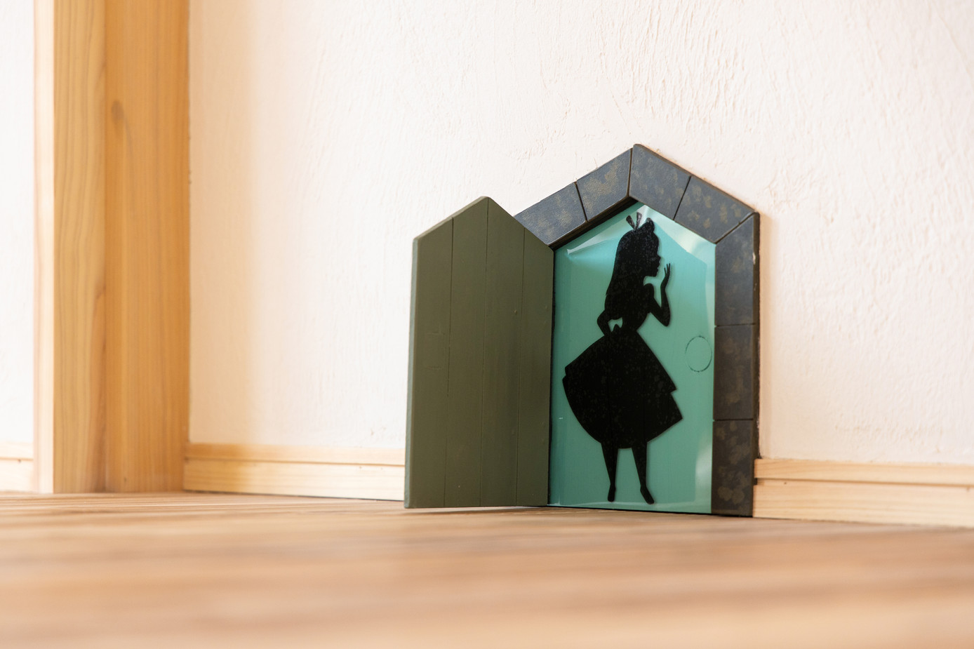 アリス好きのお客様のために 壁にはちょっとした仕掛けも。