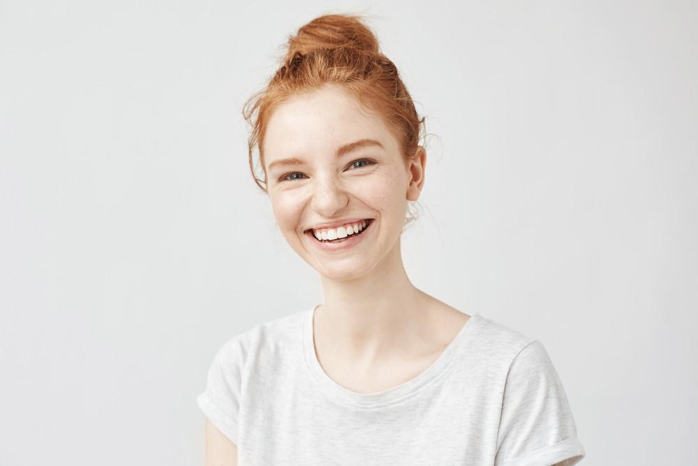 Junge Frau mit roten Haaren und heller Haut