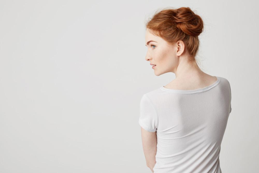 Rückenansicht rothaarige Frau mit heller Haut