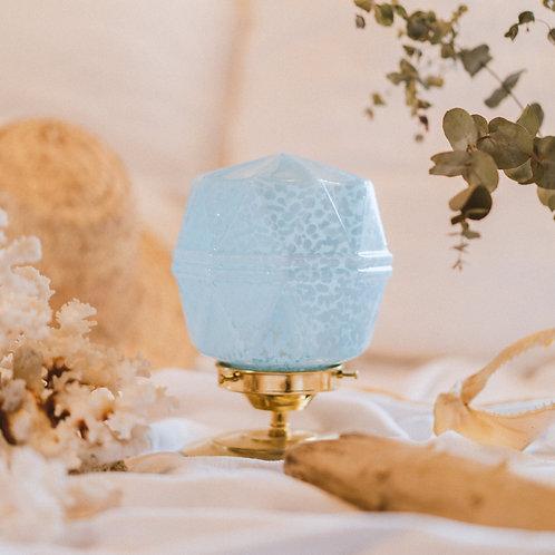 petite lampe avec globe retro en verre de clichy bleu sur un pied en laiton et fil or