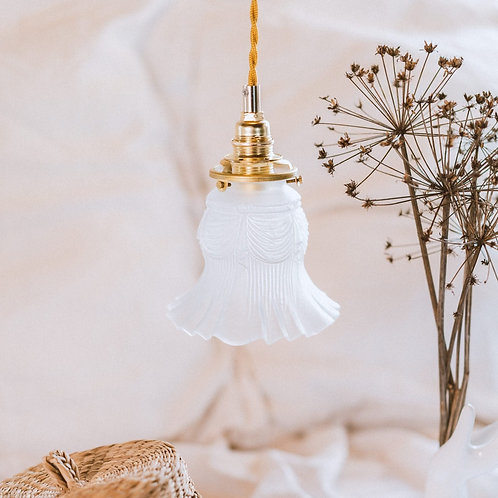 petit luminaire avec abat-jour en verre ancien griffe en laiton avec cable électrique torsadé doré