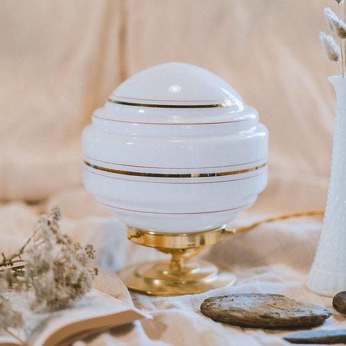 lampe de table avec globe en verre en opaline sur un pied en laiton et fil or