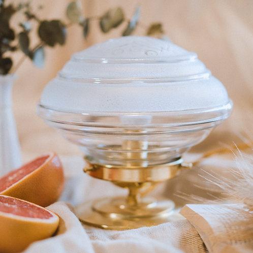 lampe avec globe en verre blanc givré et deco de fleurs sur un pied en laiton et fil or