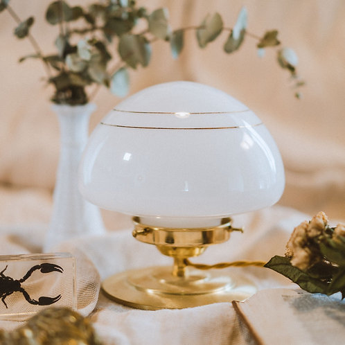 lampe de table avec globe en opaline et dorures sur pied en laiton et fil doré