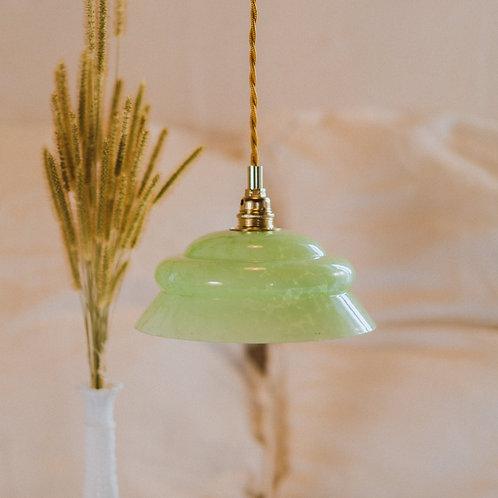 luminaire avec abat-jour en verre ancien vert avec cable électrique torsadé doré et plafonnier en céramique