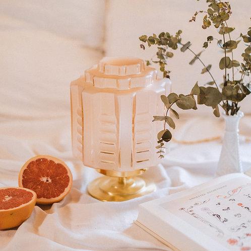 lampe art deco en verre moulé rose sur un pied en laiton doré et fil or