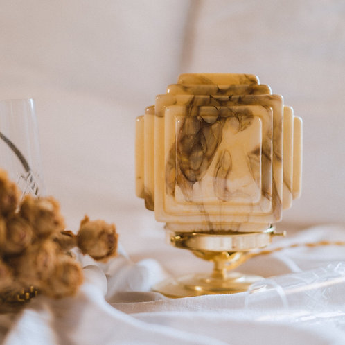 lampe en verre moulé carré jaune et marbré sur pied en laiton et cable doré