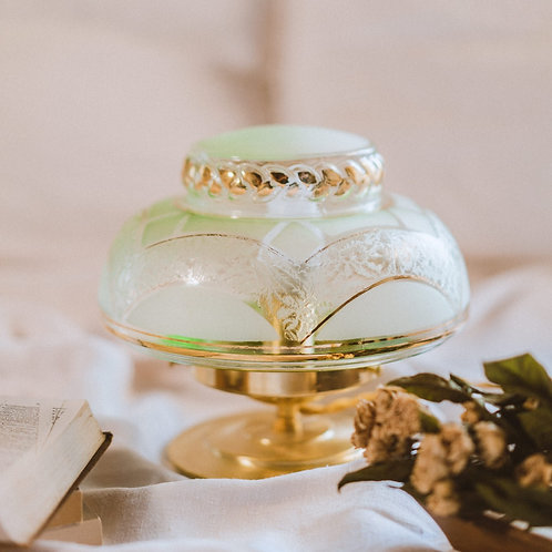 globe en verre vert monté en lampe sur pied en laiton et cable doré