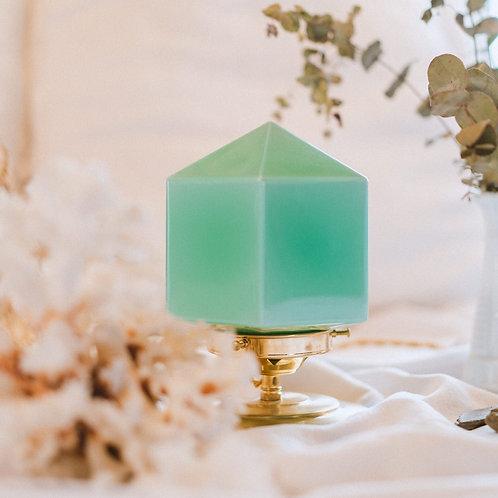lampe de chevet avec globe vintage en opaline vert sur un pied en laiton et fil or