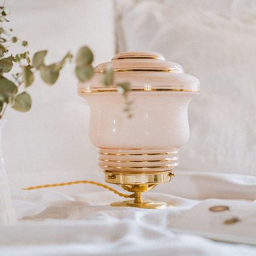 lampe à poser au globe vintage rose givré sur un pied laiton et fil or torsadé