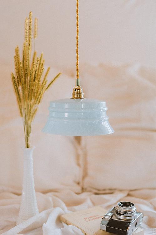 luminaire avec abat-jour en verre ancien bleu avec cable électrique torsadé doré et plafonnier en céramique