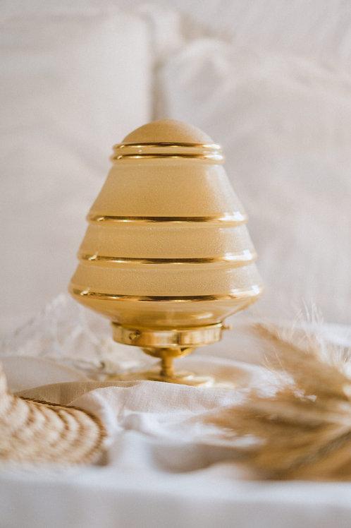 lampe de décoration vintage en verre jaune sur un pied en laiton avec fil électrique torsadé doré