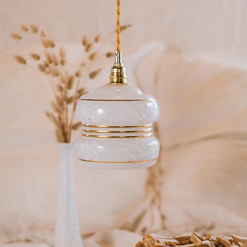 luminaire en suspension en verre de clichy blanc vintage et dorures avec fil électrique doré