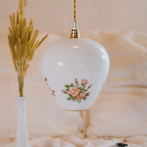 suspension vintage en verre blanc dessin de fleurs et arabesque avec fil électrique torsadé doré