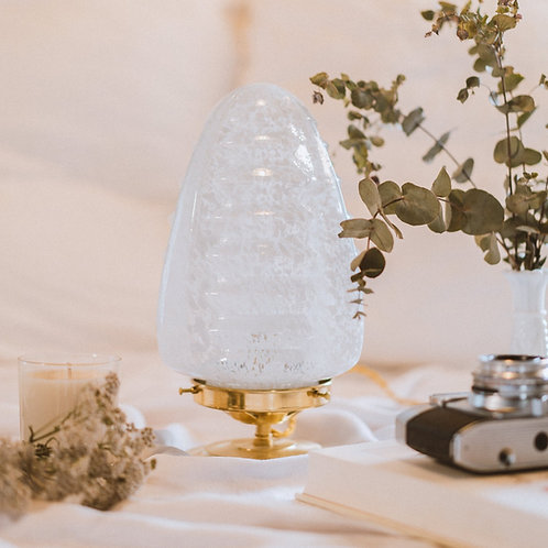 grande lampe avec globe vintage en verre de clichy blanc sur un pied en laiton et fil or