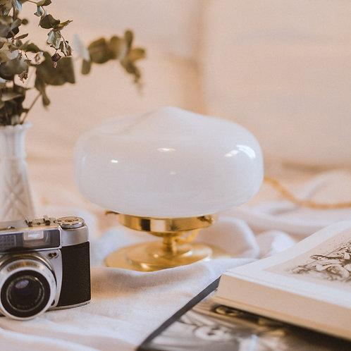 lampe de chevet avec globe vintage en opaline sur un pied en laiton et fil or