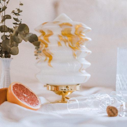 grand globe en verre blanc et marbré beige monté en lampe sur pied en laiton et cable doré